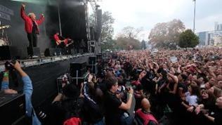 Sänger Felix Brummer der Rockband Kraftklub aus Chemnitz steht bei einem Konzert unter dem Motto #wirsindmehr auf dem Parkplatz vor der Johanniskirche auf der Bühne.
