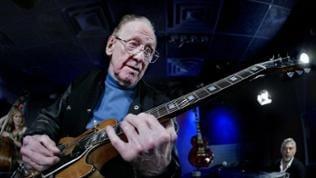 Les Paul, Gitarrist und Entwickler, spielt eine «Les Paul»-Gitarre der Firma Gibson