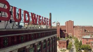 Budweiser Stammsitz St. Louis - Firmengebäude mit Roten Lettern auf dem Dach des Klinkerbaus