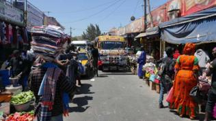 Marktszene mit bunt bemaltem Bus
