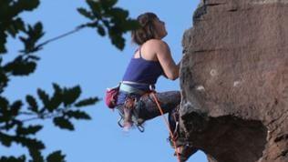 Kletterin am Sandsteinfelsen