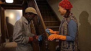 Tayo und Jenny putzen das Treppengeländer im Flur