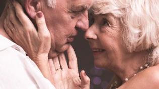Älteres Paar schaut sich tief in die Augen