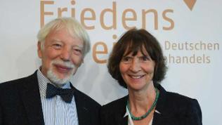 Jan Assmann, Ägyptologe und Kulturwissenschaftler, und seine Ehefrau Aleida, Literatur- und Kulturwissenschaftlerin vor einem Friedenspreis-Plakat