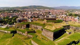 Mit Gras bewachsene Zitadelle oberhalb der Stadt Belfort