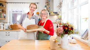 Frauen mit fertig gebackenen Brot