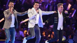 Die drei Mitglieder der Band KLUBBB3 singen und tanzen in einer Show