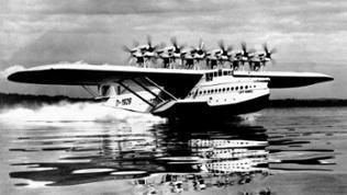 Schwarzweißaufnahme: Wasserflugzeug Do-X im Wasser