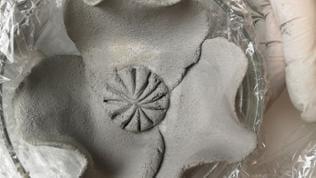 Den Blütenstempel kann man nun ganz individuell gestalten: entweder mit vielen kleinen Löchern oder man setzt Drähte hinein.