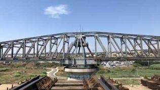 Das Viadukt von Caronte – geöffnet für die Durchfahrt großer Schiffe.