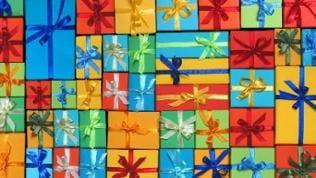 Eine Vielzahl verschiedenfarbiger Geschenke mit Schleifen
