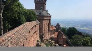 Alte Burg mit Mauern und Turm