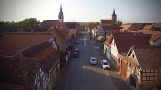Häuser, Kirchen und Straße im Dorf Kirweiller