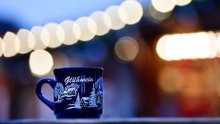 Eine Tasse Glühwein auf einem Weihnachtsmarkt