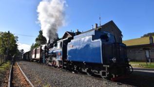 U 57.001 fährt mit dem ersten Zug des Tages aus Tremesna/Röwersdorf aus.