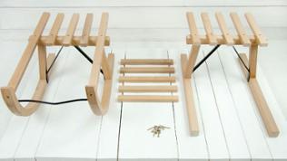 Die Beiden Schlittenteile parallel auf der Basis anordnen, dabei ausreichend Zwischenraum einplanen für die restlichen Lattenstücke.