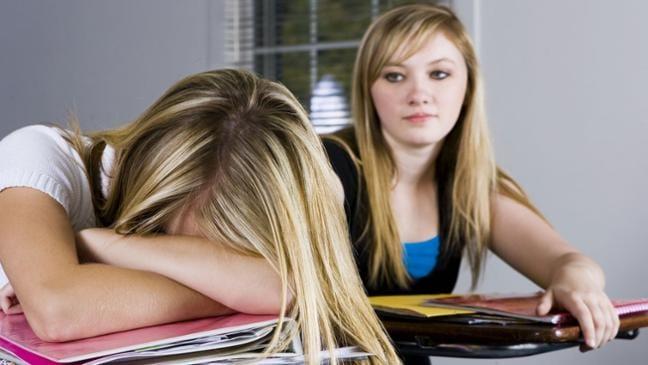 Teenager nimmt zwei große Schwänze
