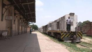 Die Alstom-Lok vor dem Zug zur Grenze ist abfahrtbereit.
