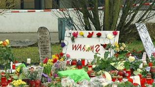 Niedergelegte Blumen und Kerzen nach dem Amoklauf von Winnenden 2009