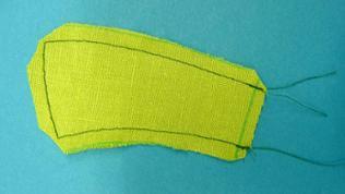 Die beiden Schnittteile für den Stiel rechts auf rechts legen und an den langen Kanten und der oberen Kante aufeinander steppen.