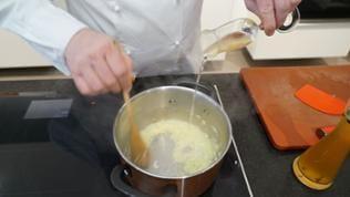 Zwiebeln in Butter glasig anschwitzen