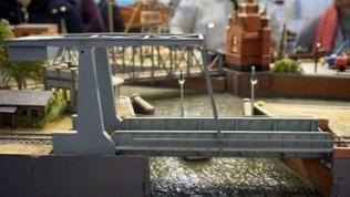 Diese Klappbrücke ist ein eins zu eins Nachbau des Vorbildes in Emden.