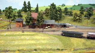 Ein Original-Nachbau des Bahnhofs Söllmnitz mit Verladerampe für die Feldbahn.
