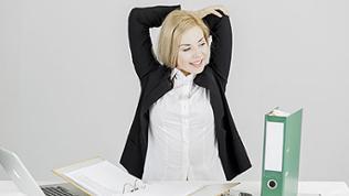 Frau macht Gymnastik am Arbeitsplatz