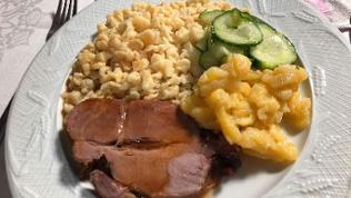 Schweinebraten mit Spätzle und Kartoffelsalat