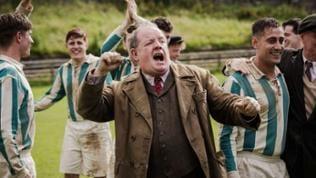 Jubelnder John Henshaw als Jack Friar im Film Trautmann.