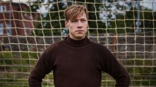 David Kross steht im Tor im Film Trautmann.