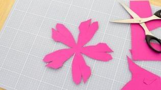 Die Vorlage ausdrucken und die abgedruckten Papierteile entlang jeder durchgezogenen Linien ausschneiden. Auf der Vorlage sind zwei Tulpen abgedruckt.