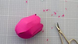Mit einer kleinen Schere die Spitzen der Tulpenblüten leicht rundlich abschneiden, sodass die typische Blütenform entsteht.