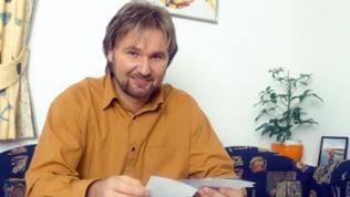 Sänger Nik P. in seiner Anfangszeit 1998 beim Beantworten von Fanpost.