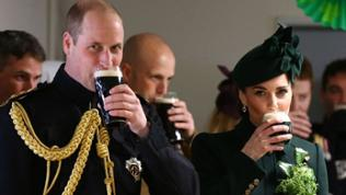 Prinz William und Kate trinken ein Guiness am St. Patricks Day