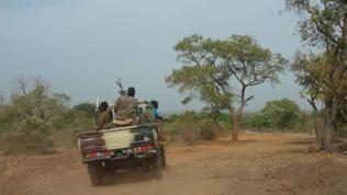 Ohne militärischen Geleitschutz geht nichts in Mali. Zudem sind die Straßen miserabel, und Platten gehören zum Alltag.