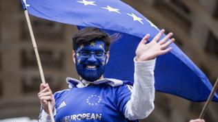 Pulse-of-Europe-Demonstrant in München, blau angemalt mit Europa-Fahne