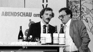 """Moderator Wieland Backes (l.) im Gespräch in """"Abendschau vom Killesberg"""" - Archivbild in schwarz-weiß aus den 1960ern"""