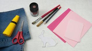 Material: Tonkarton in Rosé, Stoffreste, Acrylfarbe in Braun, Goldmarker alternativ: Klebemarker und Blattgold, Bleistift, Klebstoff, Schere und Vorlage