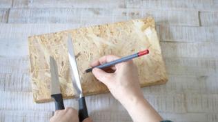 Auf der Rückseite des Brettes die Anordnung der Messer markieren.