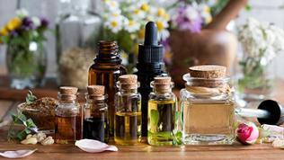 Fläschchen und Kräuter für Aromatherapie