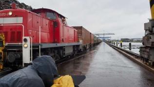 Im Kehler Hafen wird ein Güterzug be- und entladen.