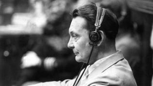 Der ehemalige Reichsmarschall Hermann Göring verfolgt am 20. August 1946 auf der Anklagebank den Kriegsverbrecherprozess in Nürnberg