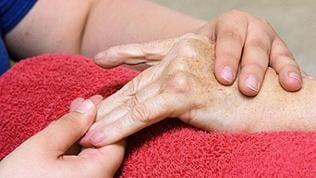Massage wärmt und mobilisiert die durch Rheuma entzündeten Gelenke (Symbolbild)