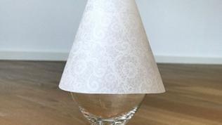 Den Lampenschirm zur Probe auf das Glas setzten.