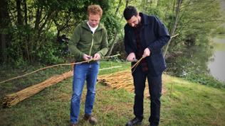 Steffen König beim Weiden schneiden mit Land Art Künstler David Klopp (li)