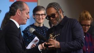 Der Künstler Arthur Jafa erhält bei der Verleihung der Goldenen Löwen einen goldenen Löwen.