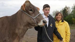 Annette Krause mit Deutschlands bestem Viehvorführer Simon Zimme.