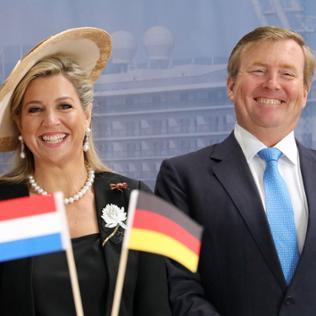 Willem-Alexander und Maxima mit Fähnchen in Brandenburg
