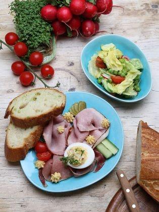 Russische Eier mit Röstbrot und Salat